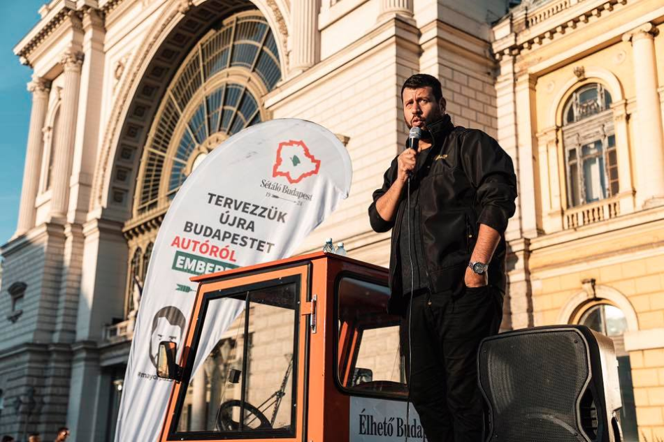 Róbert Puzsér at a campaign event near Keleti Station